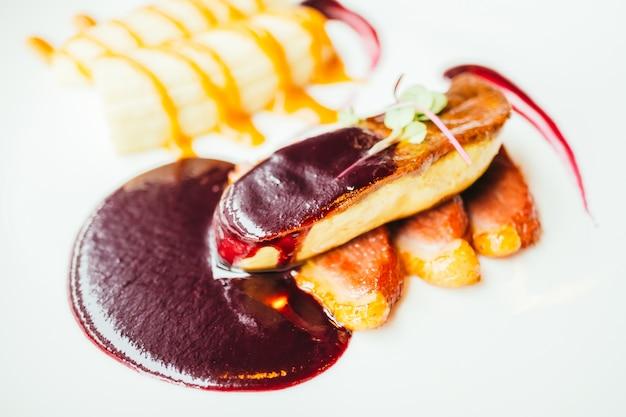 Foie gras und entenfleisch mit süßer sauce