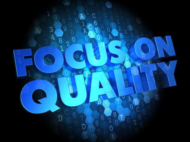 Fokus auf qualitätskonzept - blauer text auf dunklem digitalem hintergrund.