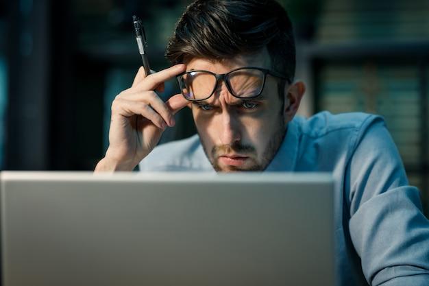 Fokussierender mann mit laptop