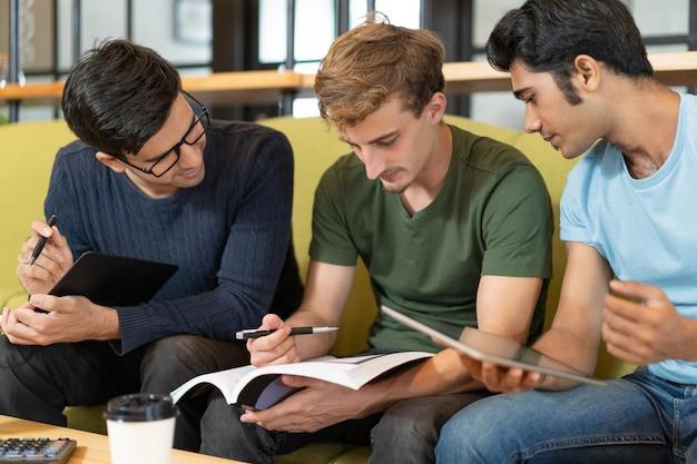 Fokussierte auszubildende, die an hausaufgaben arbeiten