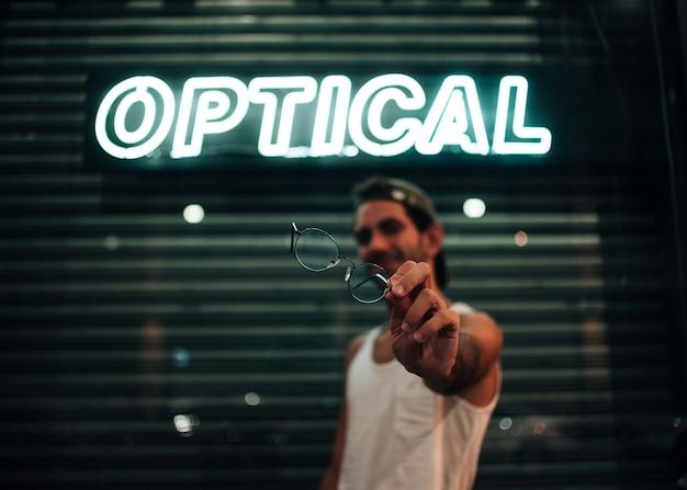 Fokussierte brille mit unscharfem hintergrund