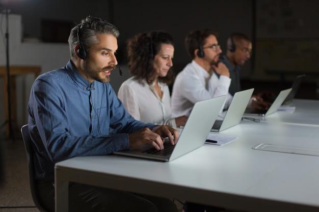 Fokussierte callcenter-bediener während des arbeitsprozesses