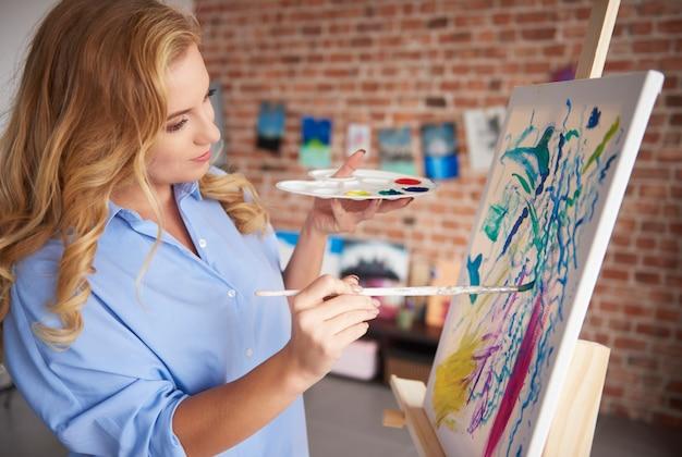 Fokussierte malerin und ihre malerei