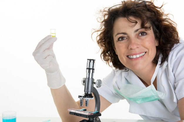 Fokussierte professionelle pipettierlösung für die biowissenschaften in die glasküvette. die linse konzentriert sich auf das auge des forschers.
