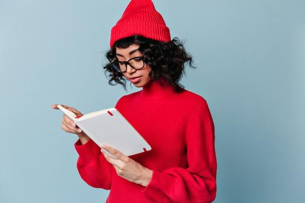 Fokussierte studentin, die notizbuch liest