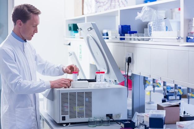 Fokussierter chemiker, der ein experiment tut