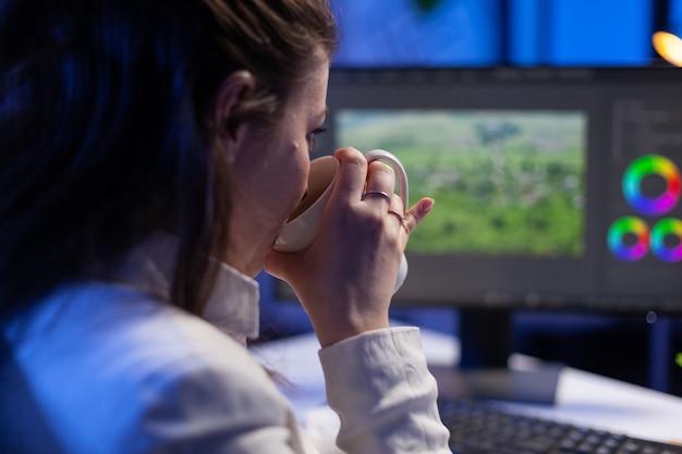 Fokussierter editor, retuscheur, der den farbgrad auf einem professionellen computer bearbeitet