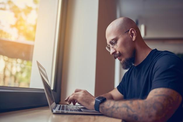 Fokussierter geschäftsmann arbeitet am pc. analyse der verkaufsstatistikergebnisse erstellen grafiken im home office lernen