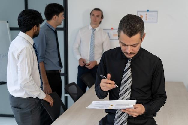 Fokussierter geschäftsmann, der neuen unternehmensplan ändert.