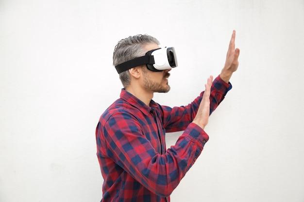 Fokussierter junger tester, der vr-brille erlebt