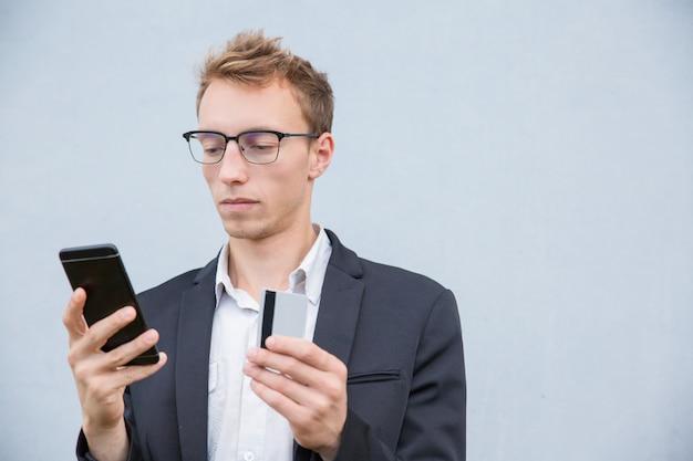 Fokussierter kunde, der online kauft