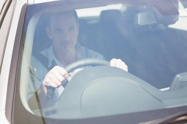 Fokussierter mann, der am steuer sitzt