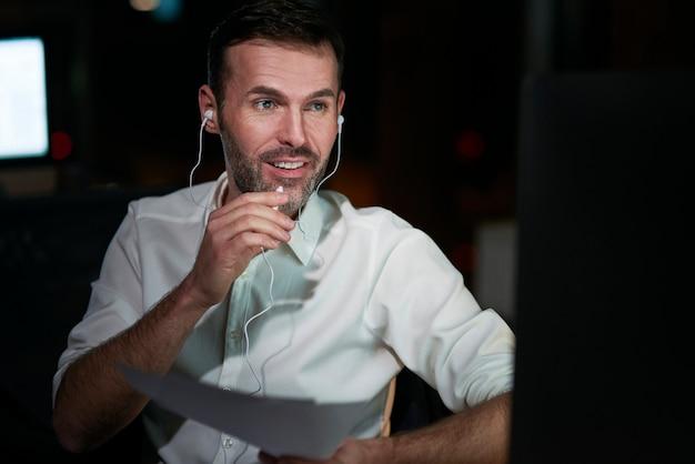 Fokussierter mann, der nachts arbeitet