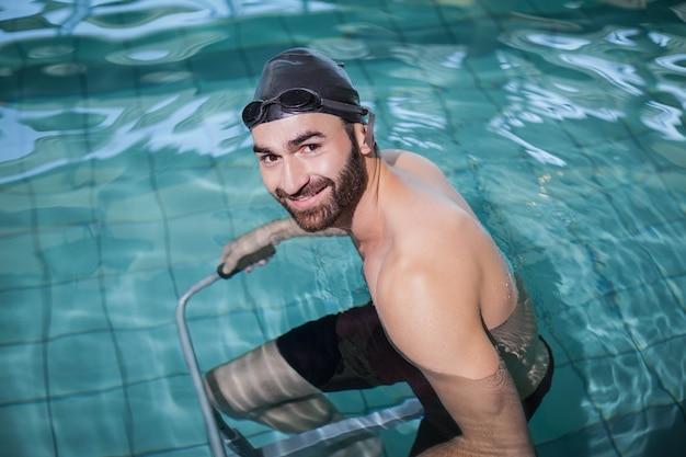 Fokussierter mann, der unterwasserfahrrad im pool tut