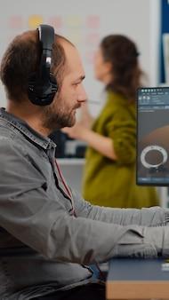 Fokussierter mann-designer-architekt, der an einem neuen projekt mit computer mit grafiksoftware und stylu...