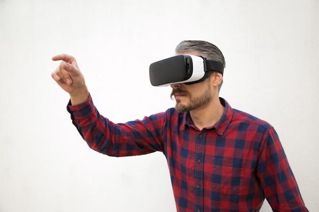 Fokussierter tester mit vr-brille versucht etwas zu fangen