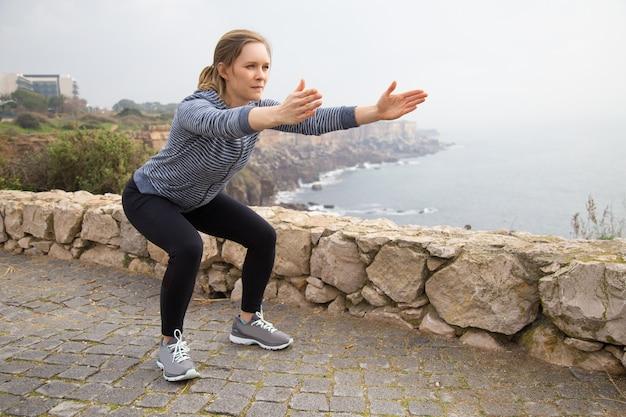 Fokussiertes athletenmädchen, das an körperlicher ausdauer arbeitet