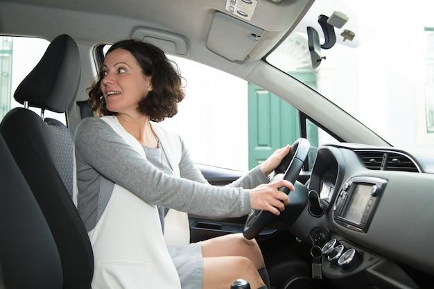 Fokussiertes autofahrerparkauto auf gasse