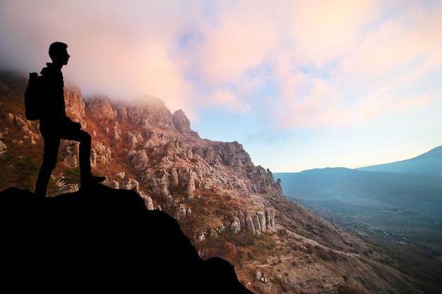 Folge deinen träumen, silhouette eines mannes bei sonnenuntergang
