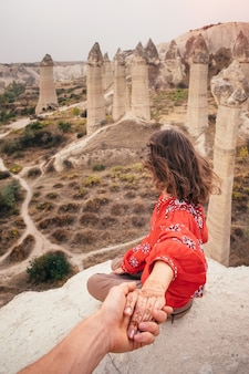 Folgen sie mir, um die talschlucht in kappadokien, türkei, zu lieben