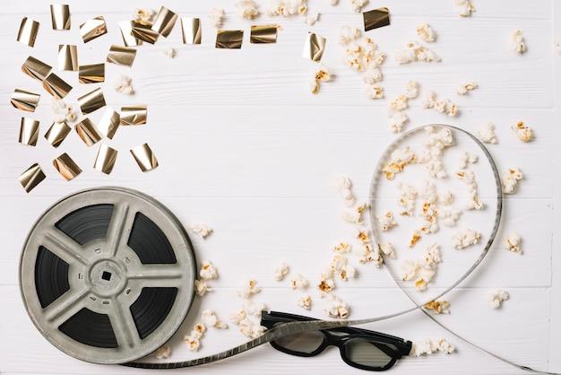 Folienspule mit brille und popcorn