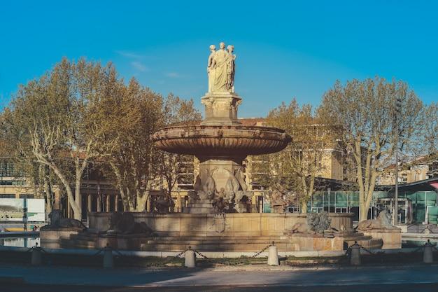 Fontain de la rotonde mit drei skulpturen von frauenfiguren, die gerechtigkeit in aix-en-provence in frankreich darstellen