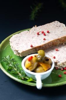 Food appertiser konzept französisch hackbraten terrine oder pastete in grüner schale