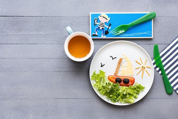 Food art segelboot hintergrund, lustiges kinderessen