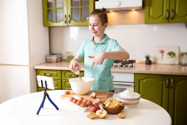 Food blogger arbeitet in der küche