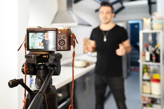 Food blogger blogger vor der kamera