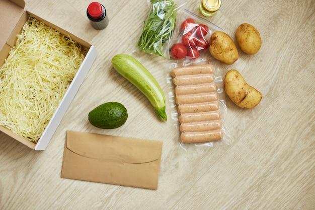 Food box meal kit mit frischen zutaten und rezept-blanko-bestellung von einem meal-kit-unternehmen, geliefert und zu hause gekocht