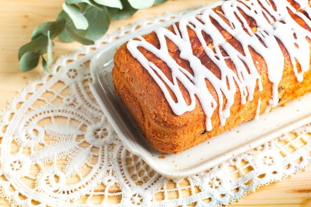 Food concept selbst gemachter laib vanille-rum-rosinen-butterkuchenbelag durch königliche glasurglasur
