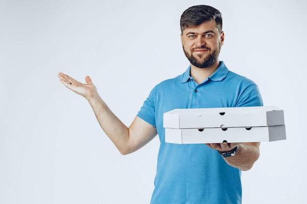 Food delivery kurier mit bestellung auf grau
