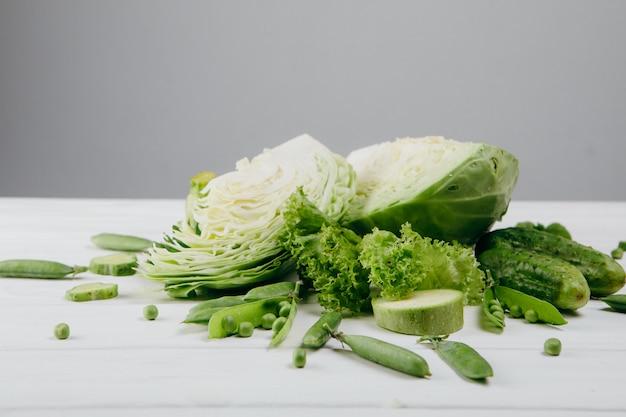 Food-fotografie. grünes gemüse auf einem weißen brett