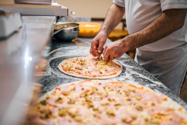 Food-konzept. pizza machen.