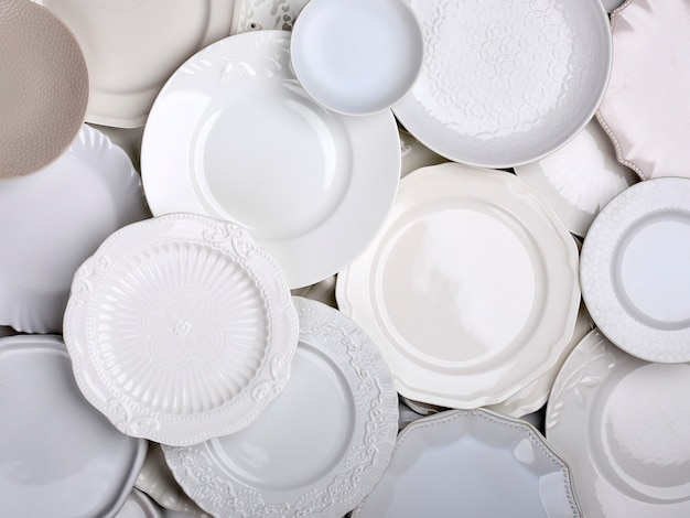 Food requisiten: weißer teller in verschiedenen größen für food-fotografie, draufsicht für werbung
