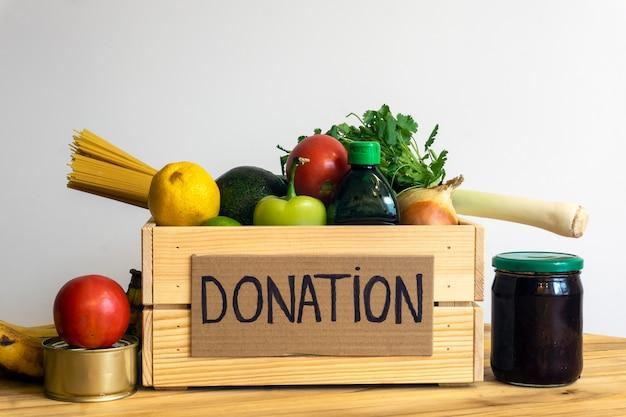 Food-spende-konzept. spendenbox mit gemüse, obst und anderen lebensmitteln zum spenden