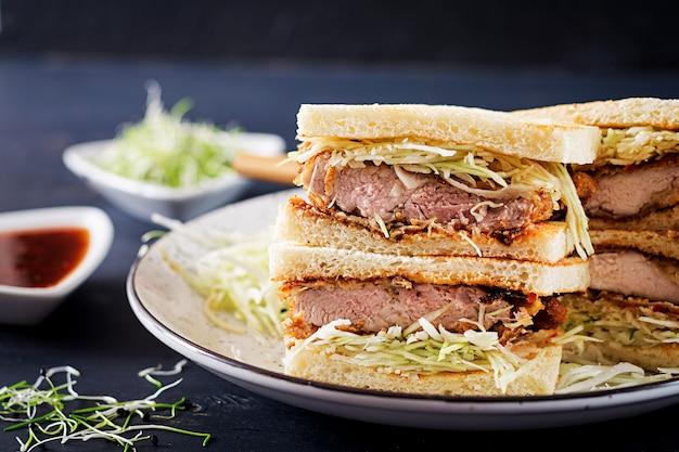 Food trend japanisches sandwich mit paniertem schweinekotelett