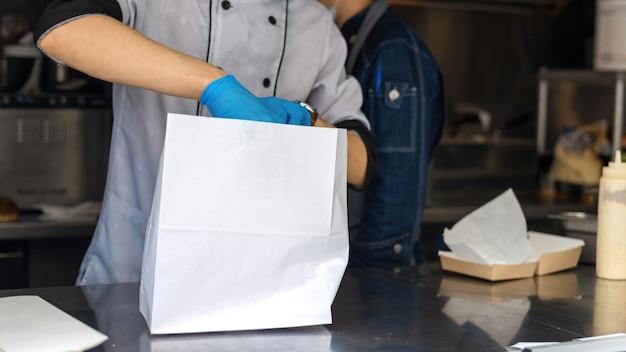Foodtruck, koch beendet eine bestellung