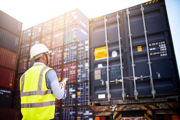 Foreman control loading containerbox von cargo frachtschiff für den import export,