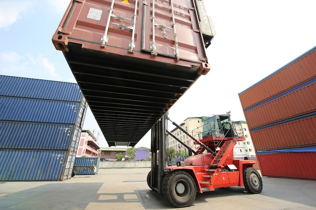 Foreman control loading containers box vom frachtschiff für den import export. container lagerarbeiter.