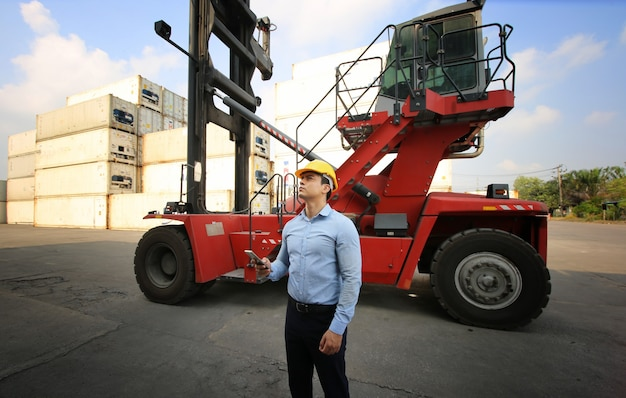 Foreman control loading containers box vom frachtschiff für den import export.