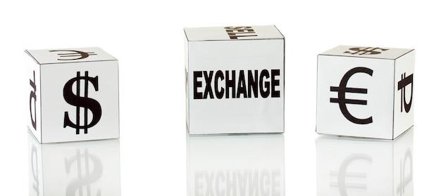 Forex. währung in den weißen würfeln auf weißer oberfläche