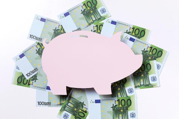 Form eines sparschweins, umgeben von euro