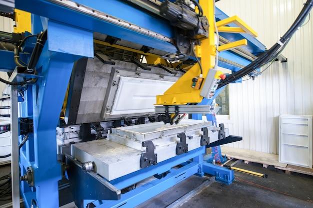 Form- und gusspresse zur herstellung von kunststoffteilen aus polymeren für kühlschränke