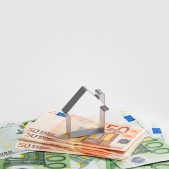 Form von haus und geld