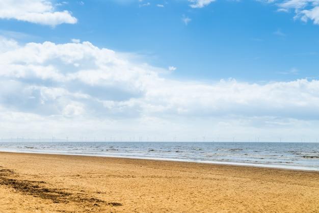 Formby beach in der nähe von liverpool an einem sonnigen tag