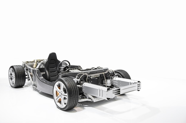 Formel 1 automaschinendetail lokalisiert auf weißem hintergrund.