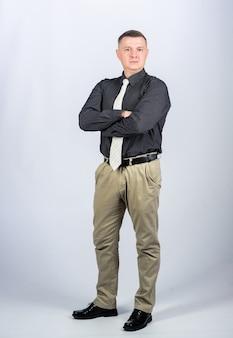 Formelle party oder tagung. geschäftsinhaber. chef und angestellter. mann mit business-look. selbstbewusster mann. modernes leben. geschäftsmann. büroleben. multimillionär. formelle kleidung. mann im formellen outfit.
