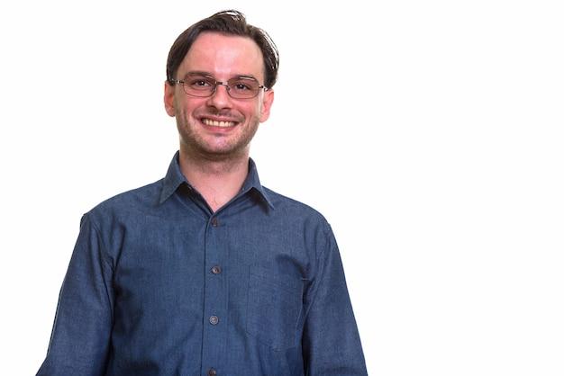 Formeller junger glücklicher mann, der lächelt, während er brillen trägt